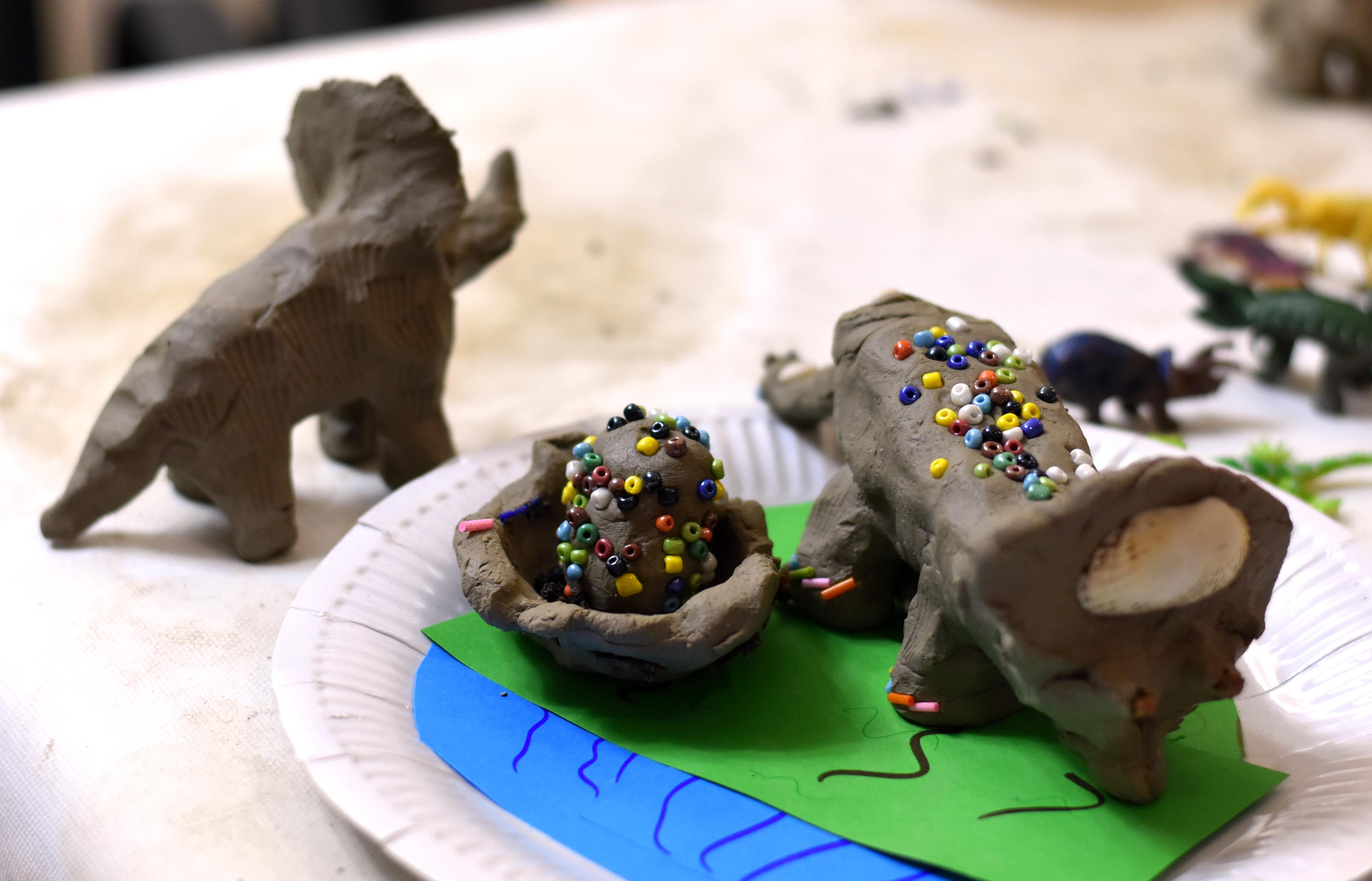 Agyag dinoszauruszok gyönggyel